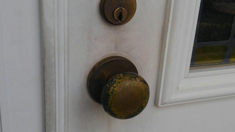 古いドアノブからレバー錠へ交換